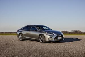 Lexus ES300h with Digital Side-View Monitor 2020 года