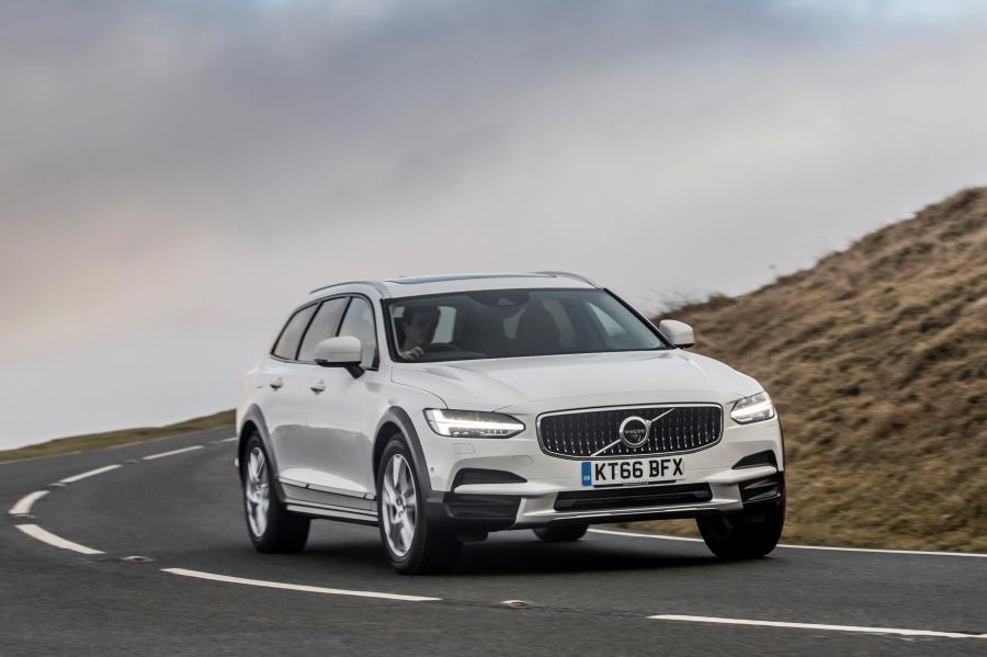 2017 Volvo V90 D4 Cross Country (UK)