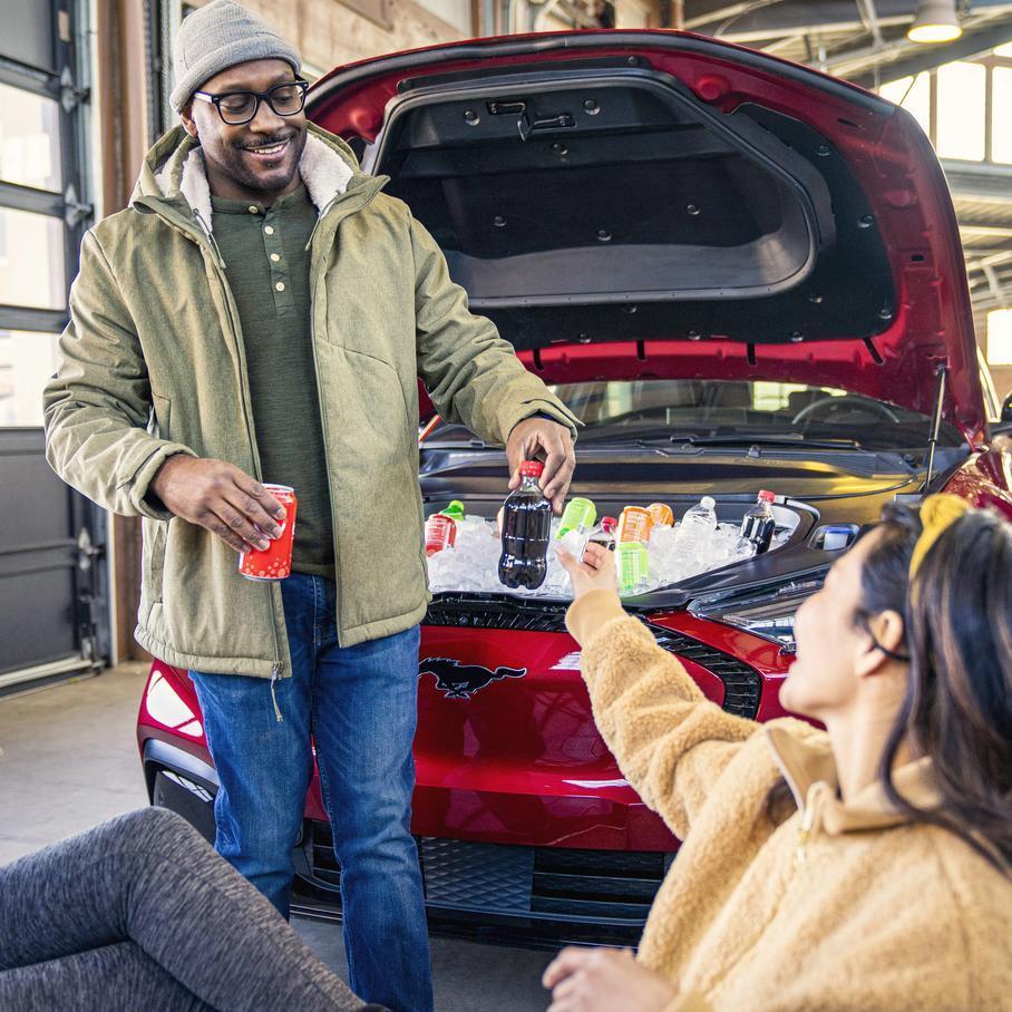 Ford Mustang Mach-E подойдет для вечеринок у багажника