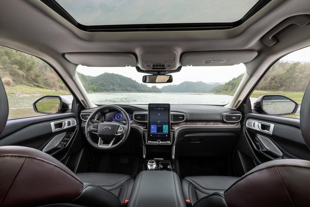 Ford Explorer Platinum 2020 года