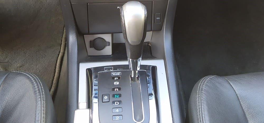 переключать АКПП на N или P, стоя на светофоре