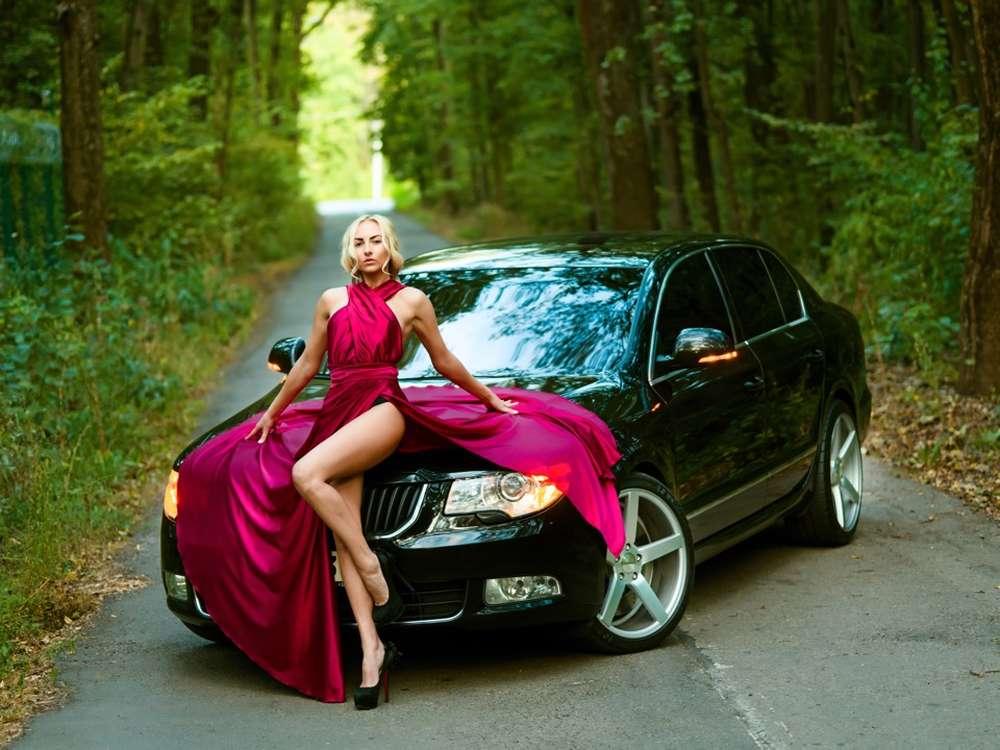 Очаровательная девушка возле белого авто загрузить
