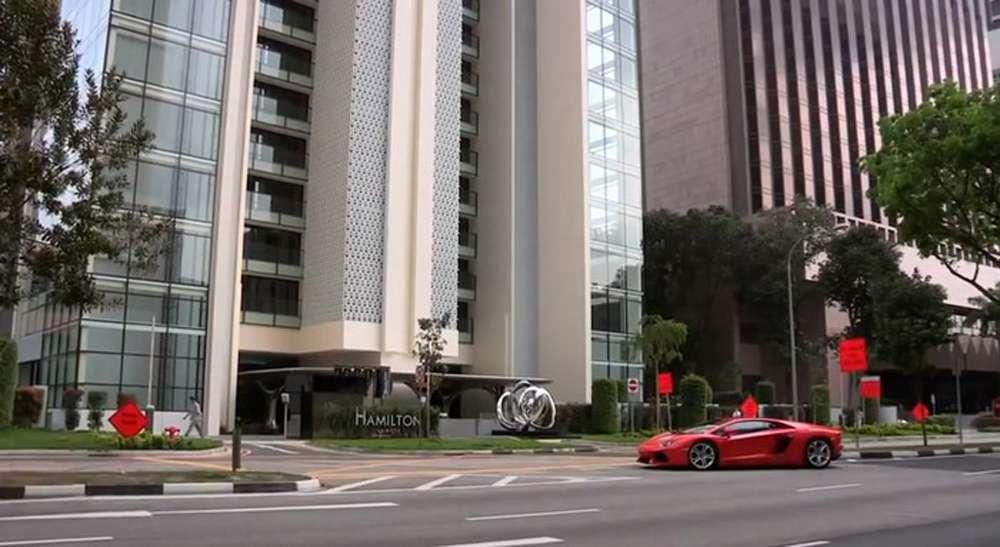 Автомобиль на балконе - необычная парковка в сингапурском не.