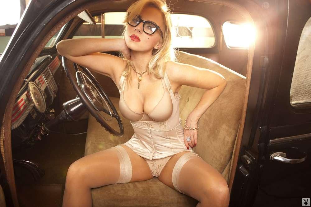 голая блондинка за рулем себе