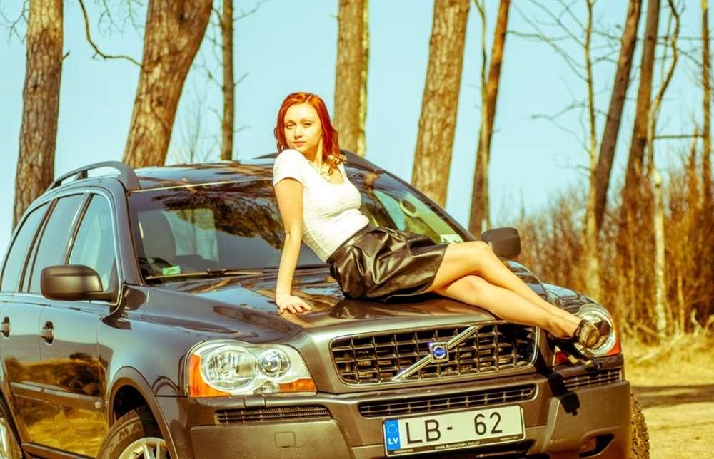 Фото рыжая красотка в авто