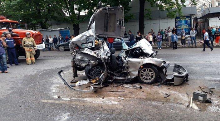 У автобуса в Алматы отказали тормоза  5 авто пострадали . VERcity 6d7ead99284
