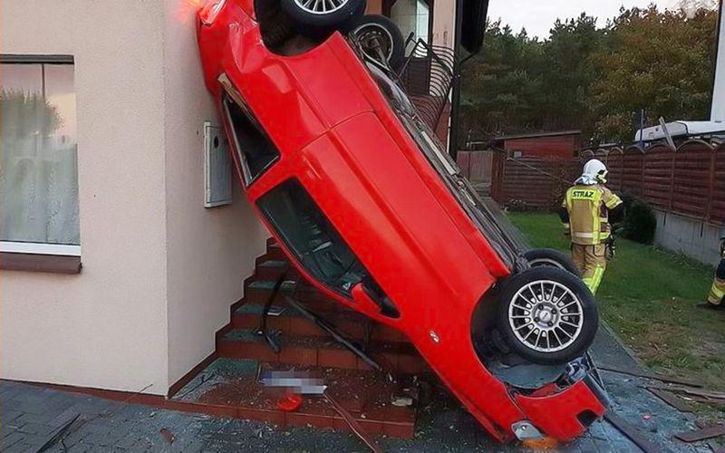 Водитель заснула за рулем и «припарковалась» на стене здания Водитель  заснула за рулем и «припарковалась» на стене здания 97141ac882b