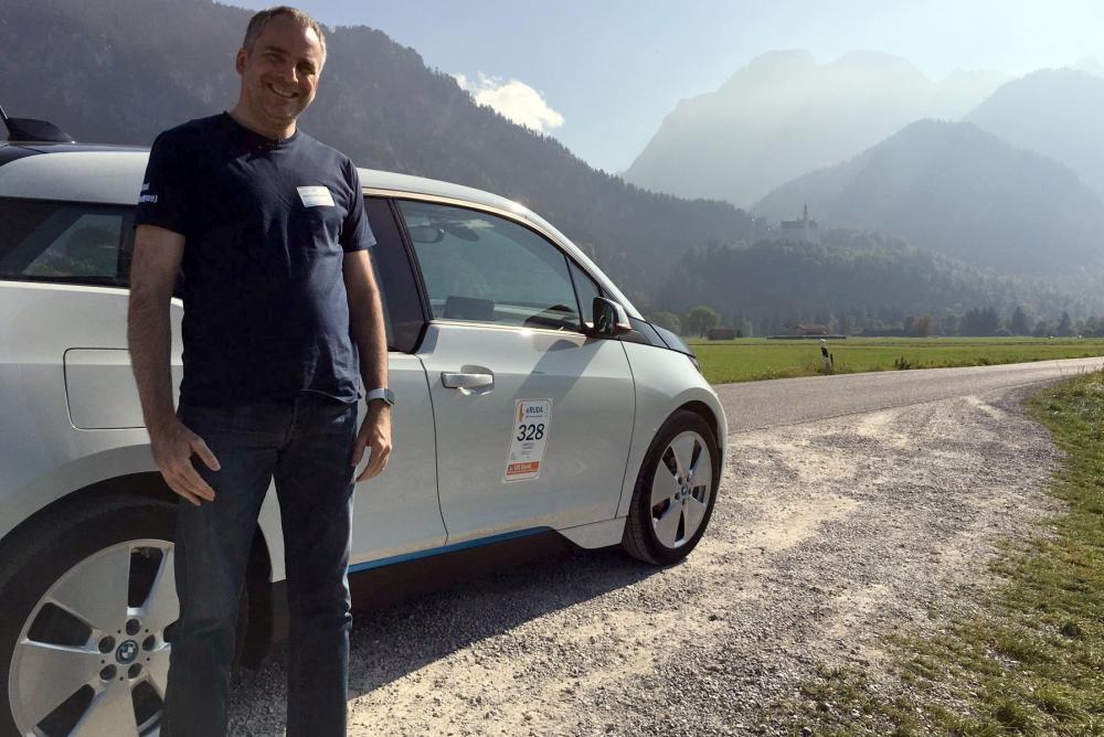 BMW i3 и довольный владелец