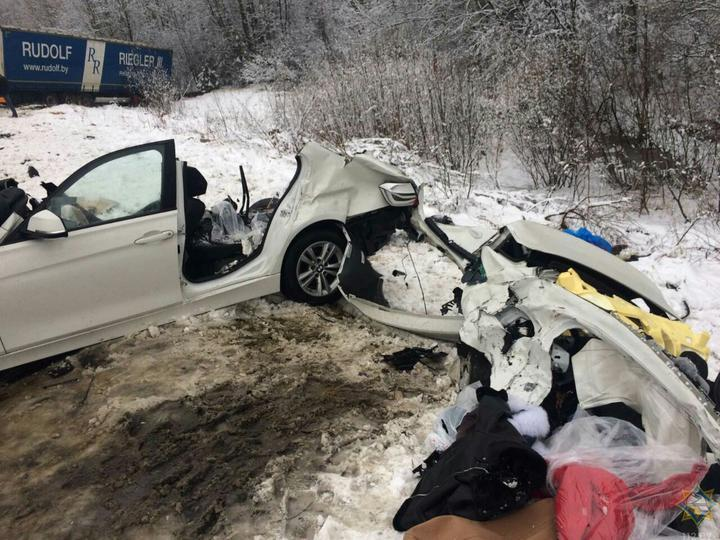 Под Крупками BMW разорвало на части после столкновения с фурой