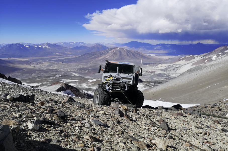 Вездеход Unimog заехал на рекордную для автомобилей высоту