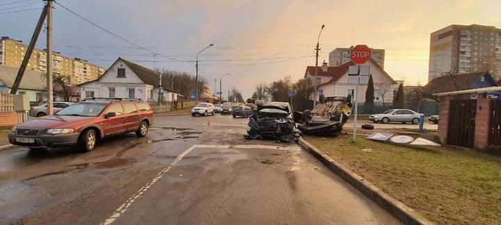В Минске Яндекс.Такси перевернулось на крышу после столкновения с Mitsubishi