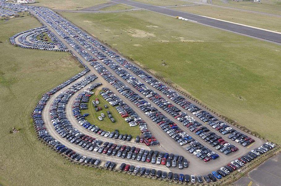 Вот так выглядит парковка с тысячами нераспроданных из-за коронавируса автомобилей