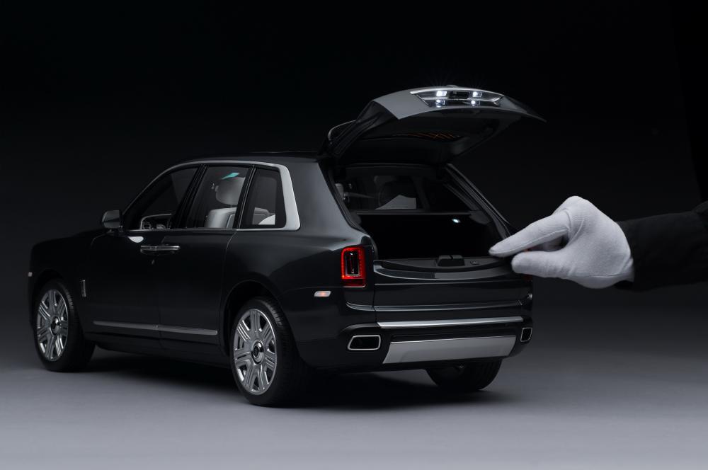 Копия Rolls-Royce Cullinan в масштабе 1:8