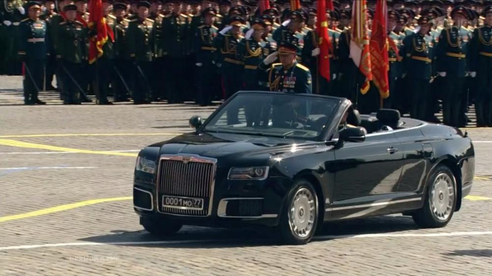 Шойгу проехал по Красной площади на кабриолете Aurus
