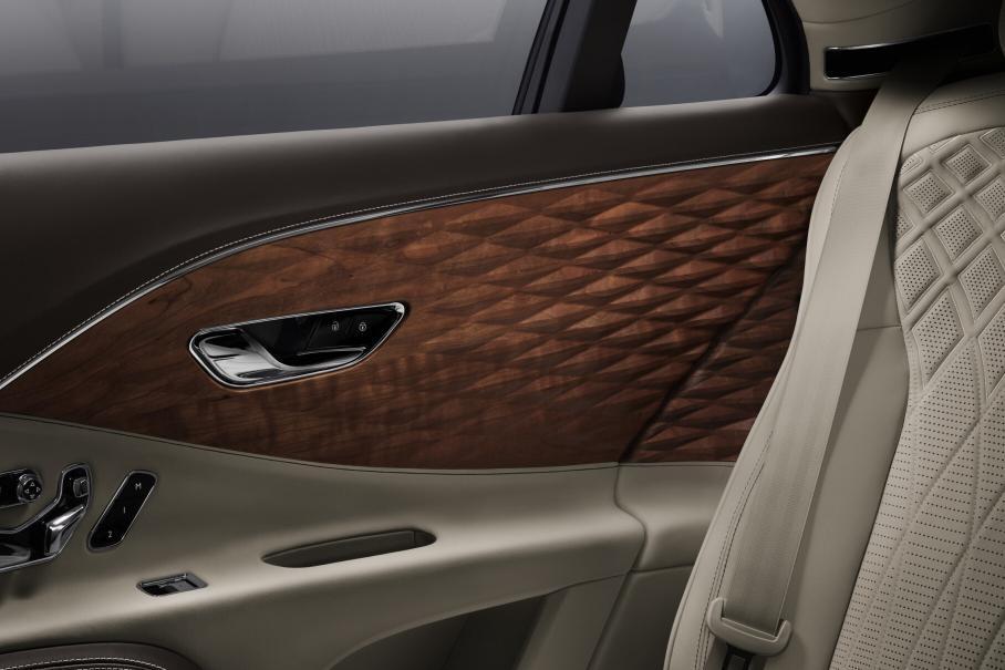 Седан Bentley Flying Spur украсили 3D-вставки из дерева