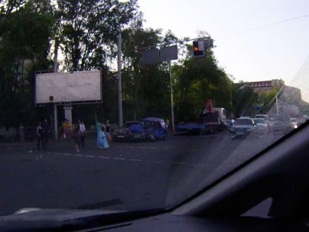 КамАЗ снес 4 авто в Алматы. VERcity 4a5e0cc3013